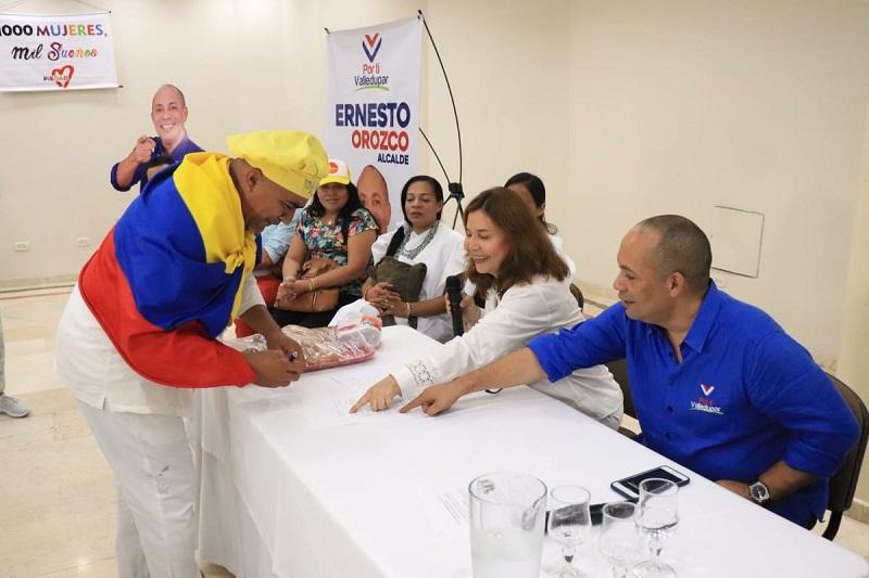 Los miembros de la Valledupar Humana firmaron junto con Piedad Ramírez la propuesta programática que le presentaron a Ernesto Orozco.  Foto: Cortesía.