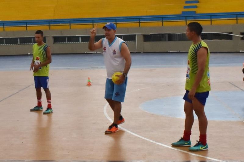 José Ferrer, entrenador del Real Valledupar, busca su mejor estrategia para revertir la situación que hasta el momento lo tiene por fuera de la Copa Profesional de Microfútbol Colombiano.  CORTESÍA