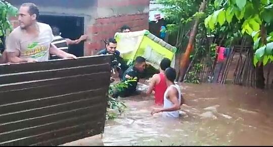 Los bomberos, la Policía Nacional, organismos de socorro y personas de la comunidad ayudaron a las familias afectadas por las inundaciones en Codazzi.  Foto: Cortesía.