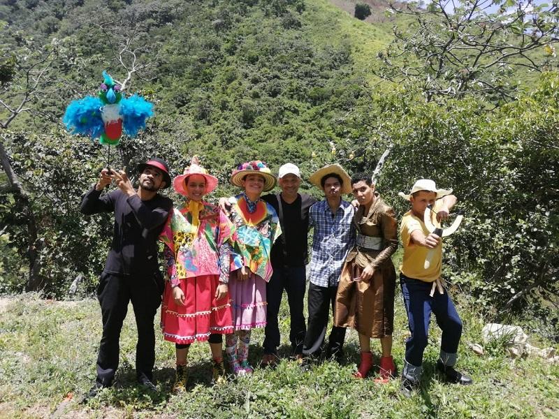 Integrantes de Maderos Teatro en la serranía de Perijá.  FOTO: CORTESÍA