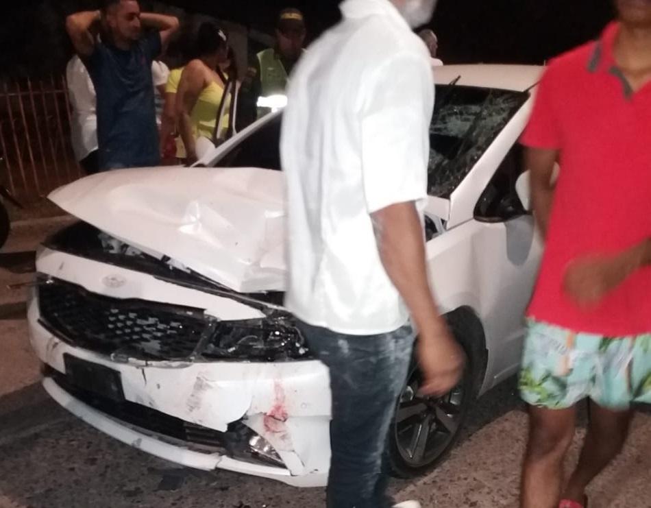 En el accidente el carro quedó destruido en la parte delantera.