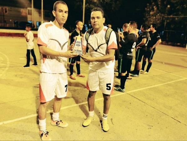 se ha vuelto una tradición en el barrio Manantial despedir el año a ritmo de fútbol dé salón.  FOTO/CORTESÍA.
