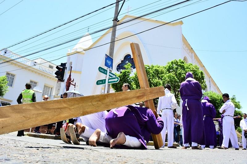 Los Nazarenos son los hermanos que pertenecen a una cofradía que durante la Semana Santa realizan una estación de penitencia.  FOTO/ARCHIVO.