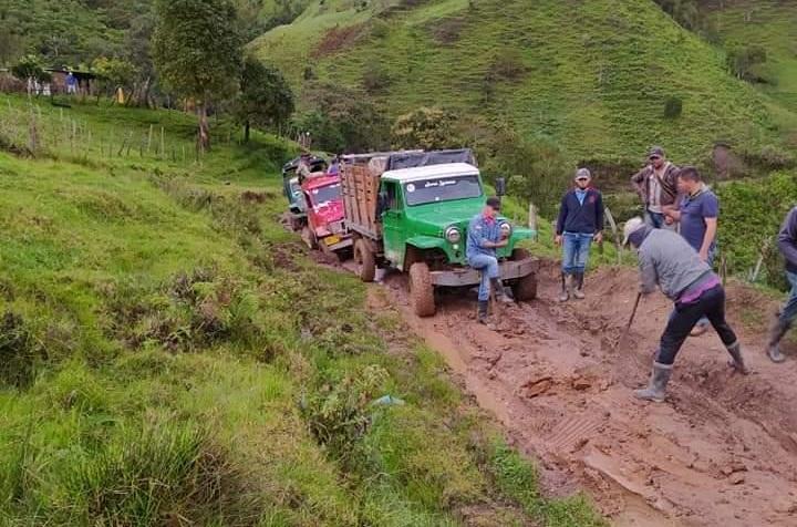 Los campesinos de las veredas de San José de Oriente, con picos y palas intentan arreglar la vía.   FOTO/CORTESÍA.
