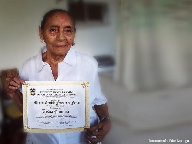 Luego de tres años de estudio, Minerva Graciela Fonseca de Ferias recibió el título de básica primaria.   Foto: Cortesía/EL PILÓN.