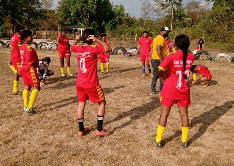Antes de cada partido las jugadoras reciben instrucciones de sus entrenadores para ir por la victoria.  FOTO/CORTESÍA.