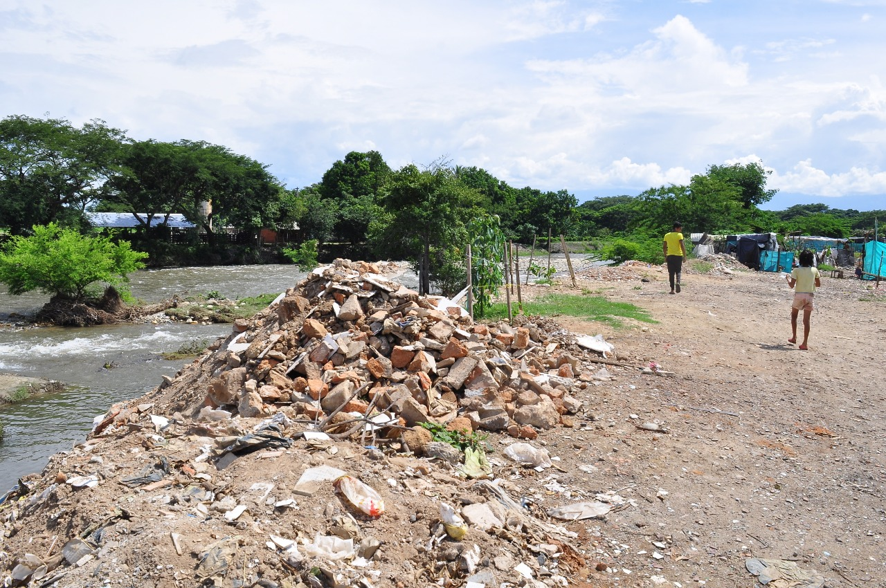 Se estableció que se deben implementar acciones para evitar la disposición de final de escombros y residuos sólidos en la margen derecha del río.