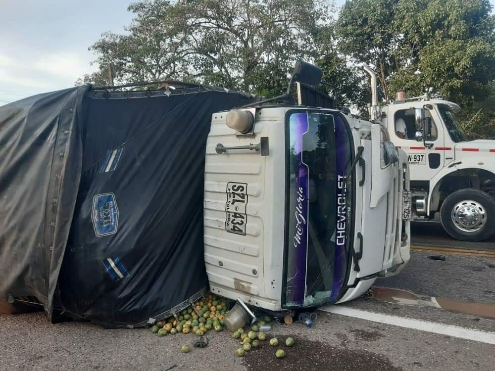 Los carros accidentados quedaron considerablemente destruidos.