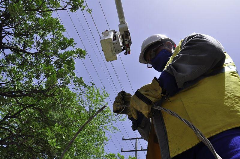 Las fluctuaciones de la energía se deben a que la línea que alimenta a Tamalameque recorre varios municipios y presenta daños. Foto: Joaquín Ramírez.