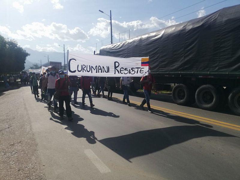 Los querellantes caminaron sobre la vía principal de Curumaní que conecta con Bucaramanga. Foto: Cortesía/EL PILÓN.