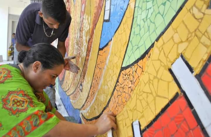 Yarime Lobo, creadora de murales llenos de colores e historia.  FOTO CORTESÍA.