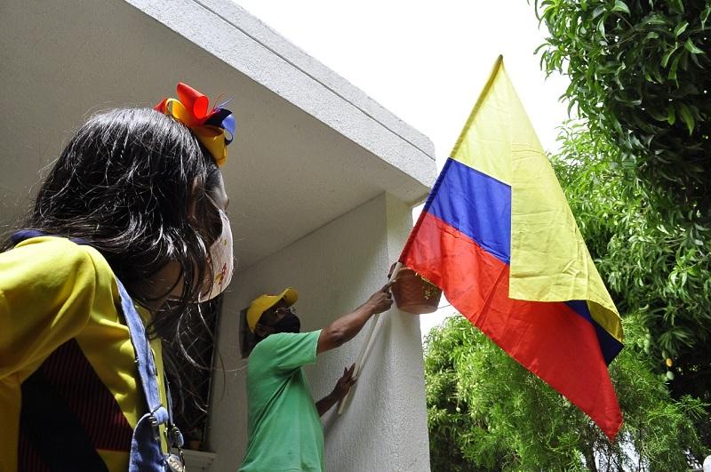 Pese a la pandemia, la tradición de izar la bandera cada 20 de Julio sigue viva en algunos hogares vallenatos.   FOTO: Joaquín Ramírez/ El Pilón.