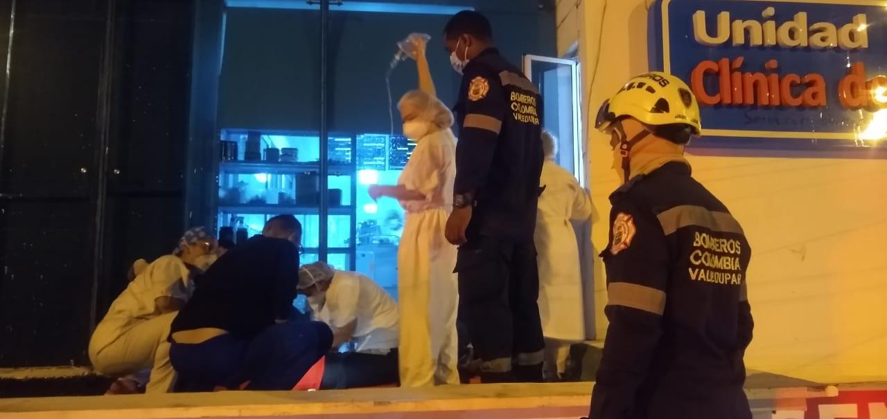 El cuerpo de bomberos ayudó a atender la emergencia.