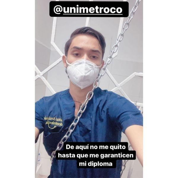 El joven se encadenó en el hospital metropolitano de la universidad para exigir respuestas.  FOTO: CORTESÍA.