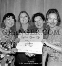 0150830-LES-SOEURS-POLIAKOFF-Poliakoff-sisters--Olga-Ken-Marina-Vlady-Helene-Vallier-and-Odile-Versois-receiving-the-prize-of-firt-disc-by-Charles-Cros-academy-on-march-9-1967-Full-credi
