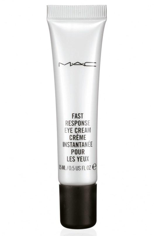 Crema para ojos Fast Response Eye Cream, de Mac. Contiene cafeína, que activa la circulación sanguínea y ayuda a reducir las bolsas y ojeras. Hidrata, calma y suaviza la delicada piel del contorno de los ojos.