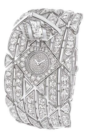 SIGNATURE DIAMOND. Este reloj se esconde en un brazalete ancho en oro blanco de 18 quilates y un diseño acolchado pavé de diamantes, con talla redonda y 16 triángulos tallados a medida, que brillan como un lamé precioso. En el centro, un diamante briolette excepcional de 5,26 quilates devela una esfera redonda insertada dentro de un cuadrado perfecto.