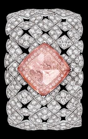 SIGNATURE DIAMOND MORGANITA fue concebida como una colección cápsula. Estos relojes, que se enriquecen a lo largo de los años, expresan toda la creatividad y el savoir faire de la alta joyería de la tradicional casa de modas. Este año, el equipo de Chanel rinde tributo al motivo icónico de la Maison: el acolchado. Cuadrados de diamantes realzados con piedras se yuxtaponen en un juego de espejos que evocan el espíritu de alta costura de Chanel. En una paleta de colores femeninos, cuatro piezas únicas, como los cuatro lados de un cuadrado, ocultan en secreto la preciosa esfera del reloj.
