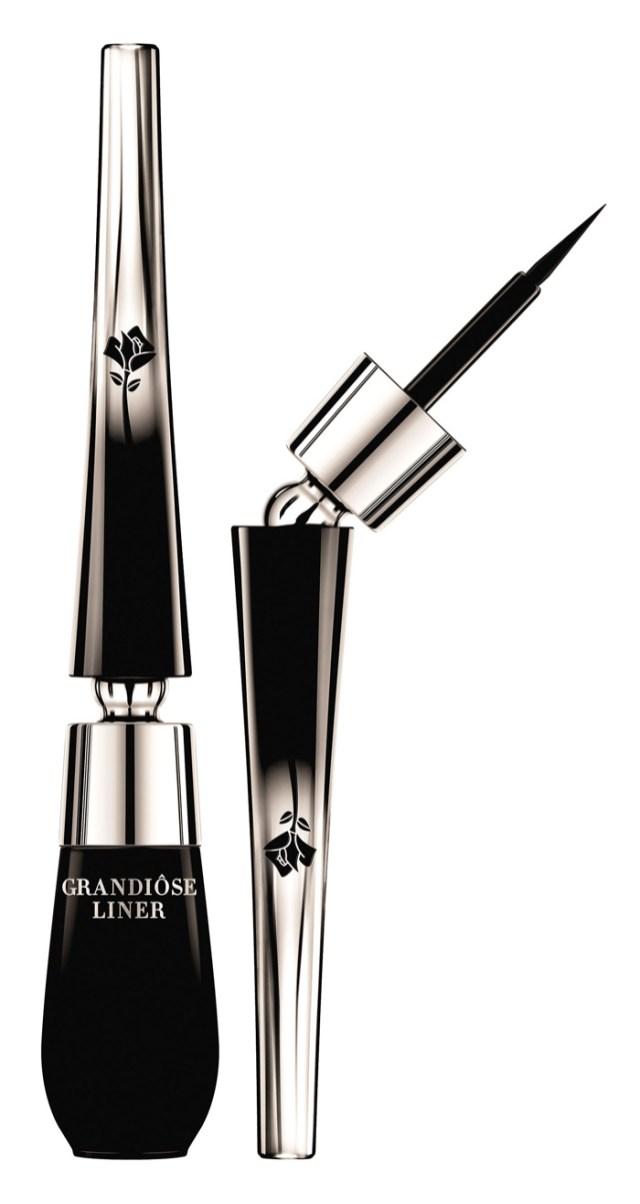 Lancôme crea el Grandiôse Liner, inspirado en la técnica de los maquilladores profesionales. Este delineador revolucionario rompe con la norma para una técnica más suave y cuenta con una increíble flexibilidad en la aplicación. $900