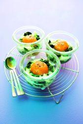 Eier im Glas mit Spinat