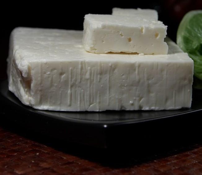 El-queso-feta-griego-es--diferente-y-delicioso-por-ser-un-hibrido-de-leche-de-ovejas-y-leche-de-cabra-El-Portal-del-Chacinado