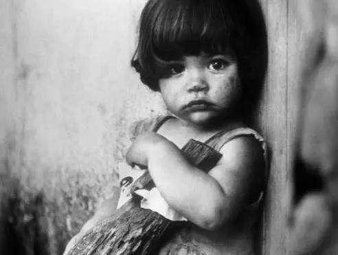 Korda y la niña de la muñequita de palo