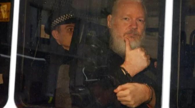 Julian Assange arrestado por la policía británica: ¡No a su extradición a EEUU!, ¡Libertad de expresión e información!
