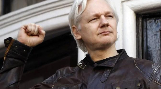 El extraordinario récord de periodismo de investigación de Julian Assange