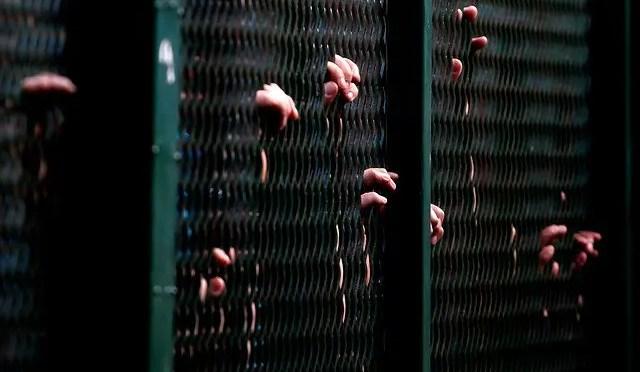 Barrotes, sentadillas y desnudos: las vulneraciones de los niños que visitan a sus familiares presos