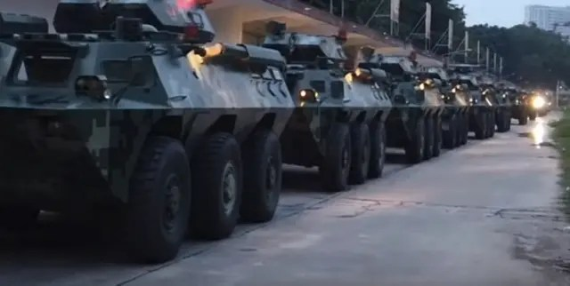 "Mientras China acumula tropas en frontera, Trump llama a poner fin al ""problema"" en Hong Kong"