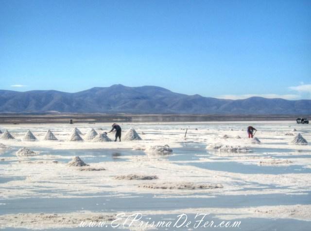 Trabajadores en el Salar de Uyuni - Bolivia