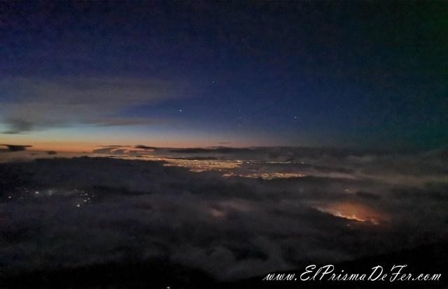 Las luces son de las ciudades al pie del Monte Fuji