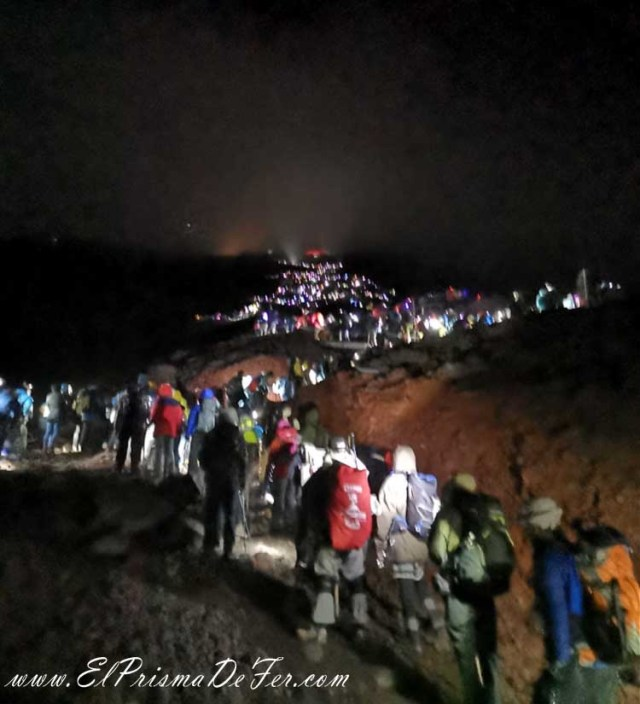 Haciendo fila para llegar a la cima del Monte Fuji...:(