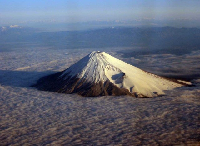 Cráter Hei-zan muy visible sobre el flanco sudeste