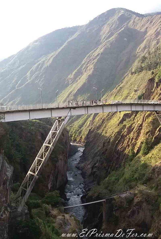Puente en la ciudad de Baños donde hacen salto al vacío