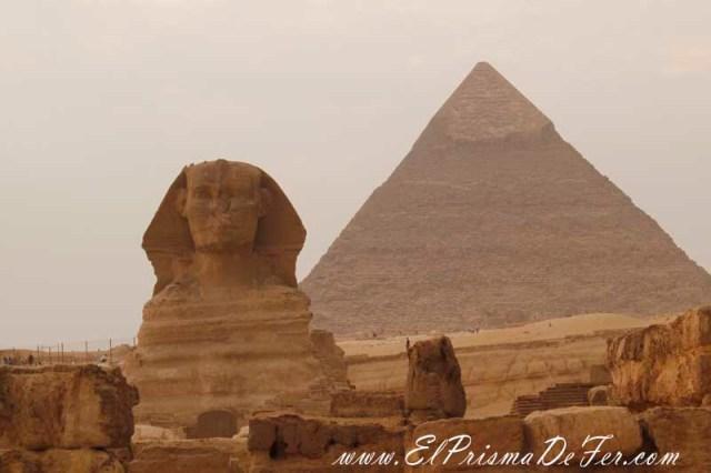 La Esfinge con la pirámide de Kefren detras