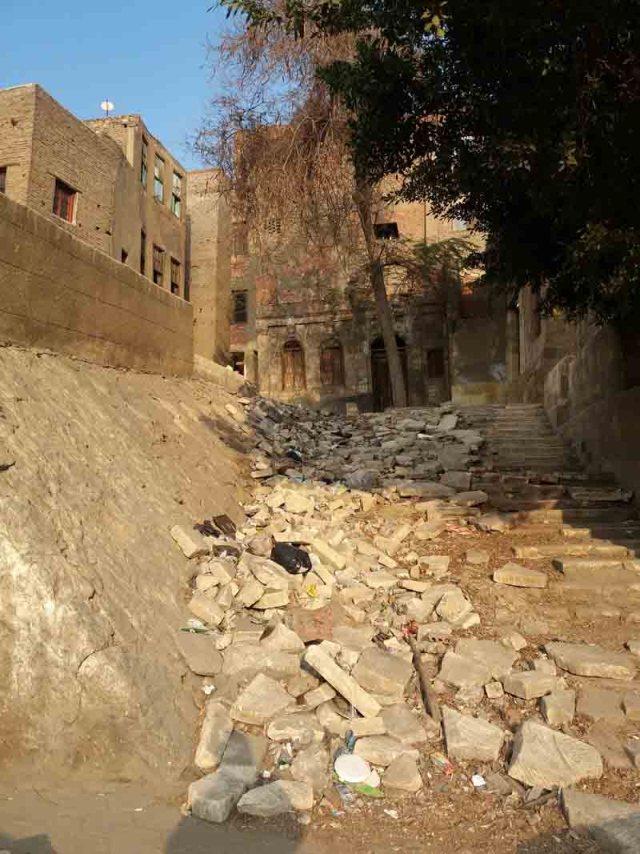 Ejemplo de veredas rotas y sucias de El Cairo