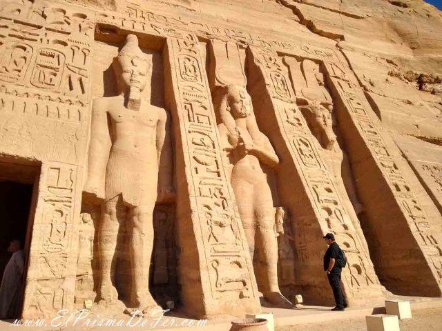 Estatuas en la entrada del Templo Nefertari en Abu Simbel