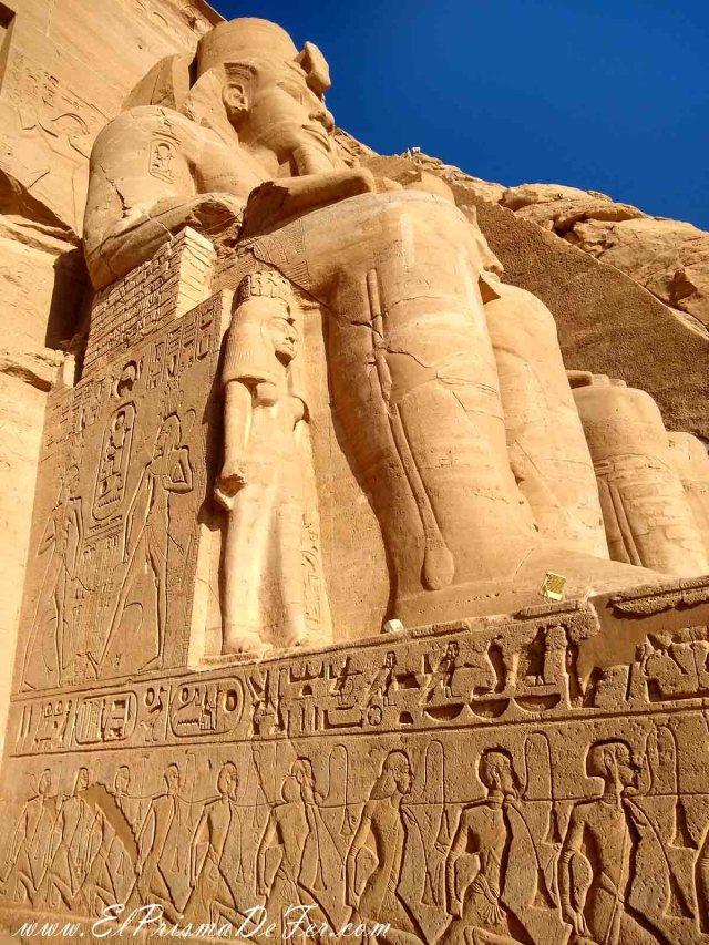 Coloso de Ramses II en Abu Simbel. La pequeña es la hija de Ramses, y los esclavos de abajo son los Nubianos vencidos por Ramses