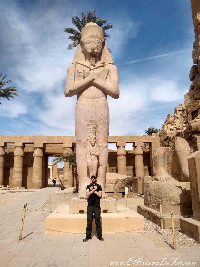Frente a la monumental estatua de Pinedyem I en el Templo de Karnak