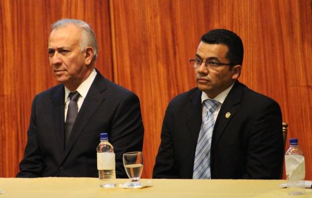Mauricio Oliva, presidente del Congreso Nacional de Honduras, con Eduin Romero, presidente del Colegio de Periodistas de Honduras.