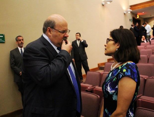 Jorge Canahuati, presidente de Grupo Opsa (El Heraldo/ La Prensa) conversando con Hilda Hernández, ministra de Estrategia y Comunicación.