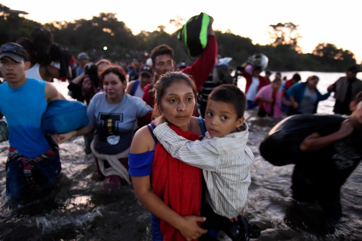 Al amanecer cientos de migrantes de la caravana entran a México