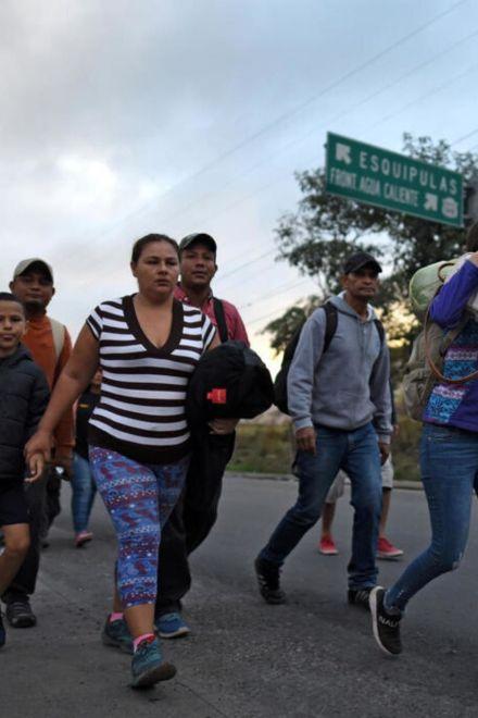 Caravana de migrantes llega a Guatemala con futuro incierto