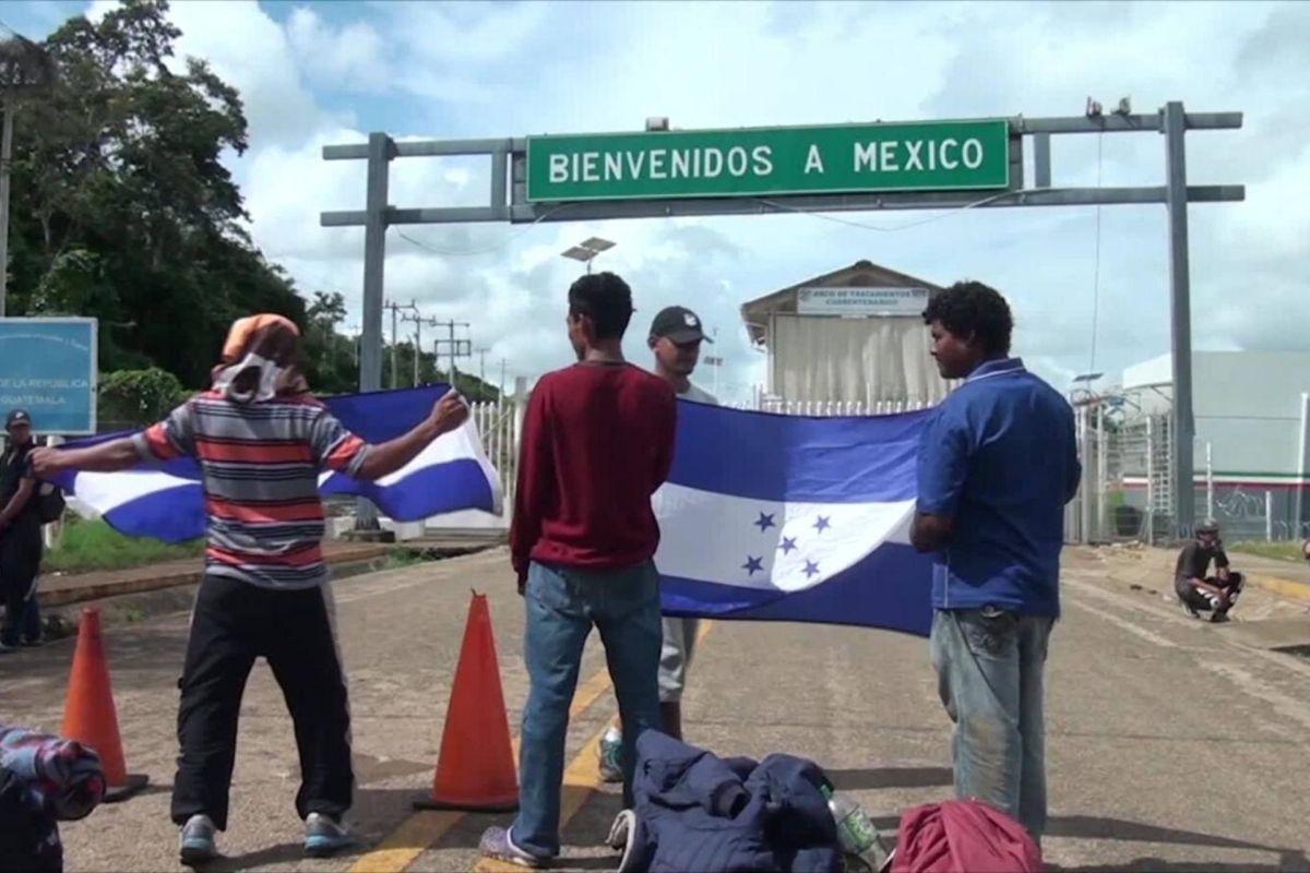 Llegan a Honduras 240 deportados que iban en la caravana