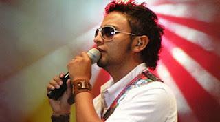 Alex Campos cantando, Edgar Alexander Mora