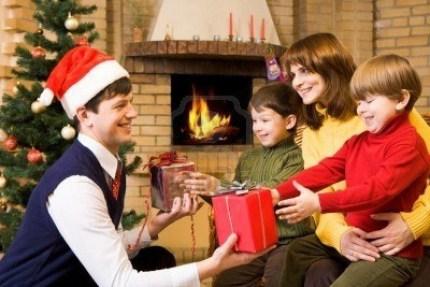 familia celebrando la navidad, natividad, arbol de navidad, regalos, amor, paz