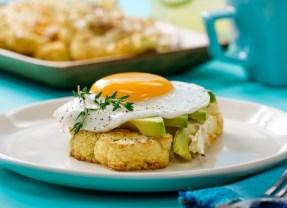 Receta de coliflor rostizada con huevo y aguacate