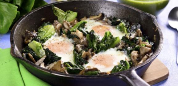 Receta de huevos a la cazuela con espinacas y lechuga