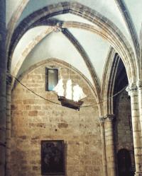 iglesia de Santa María de la Asunción de Laredo se representa uno de estos barcos y las cadenas.